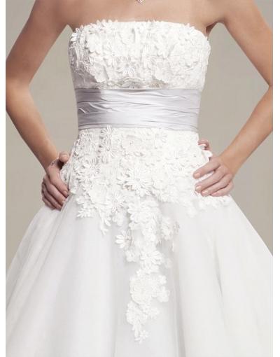 Détails de dentelle sur la robe de mariée