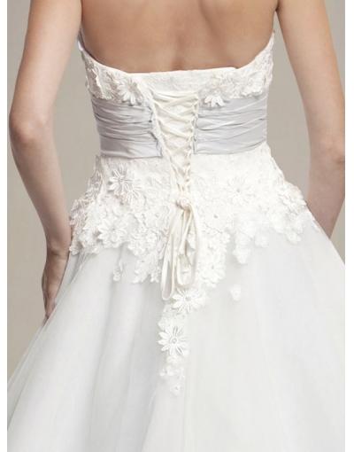 Dos de la robe mariage présentant des détails de dentelle