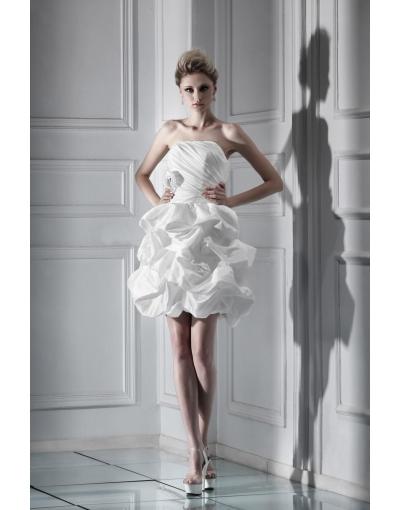 La robe courte et simple est plus convenable au mariage de la plage