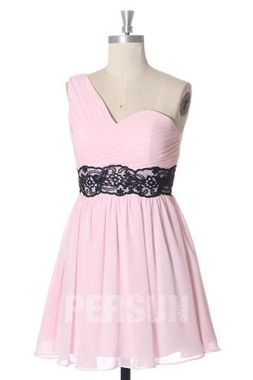 Robe asymétrique rose pour mariage taille embellie de dentelle noire