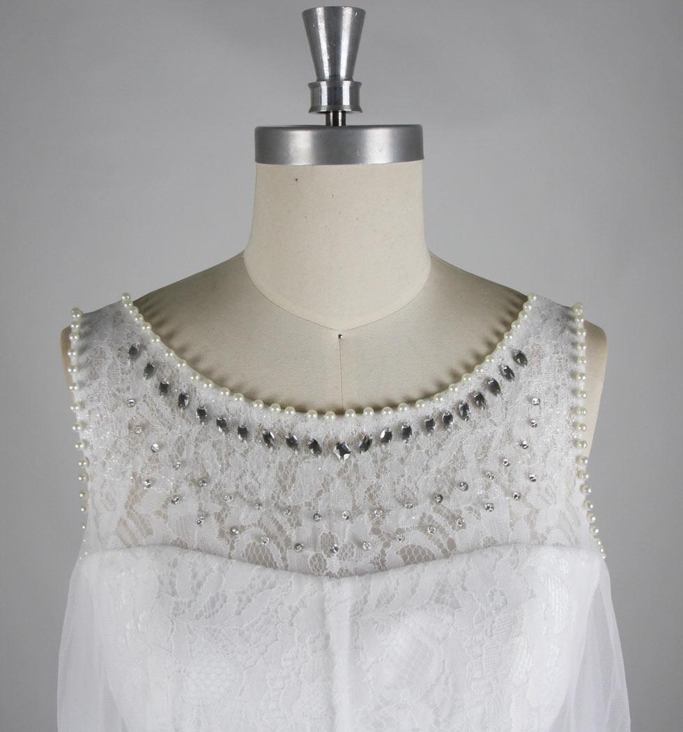 robe en dentelle ornée de perles au niveau du col