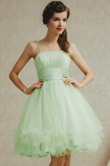 Robe cintrée de couleur vert pastel pour bal