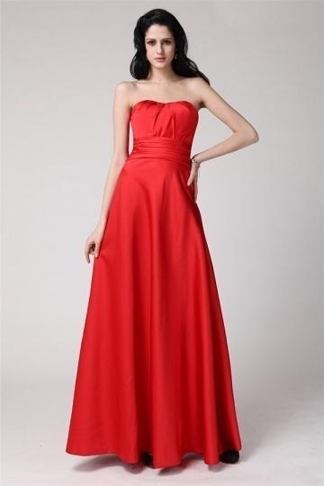 Simple robe rouge en satin à grand nœud au derrière