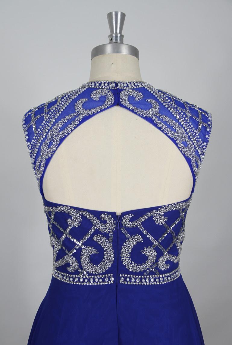 détails dos bijoux de la robe version bleue
