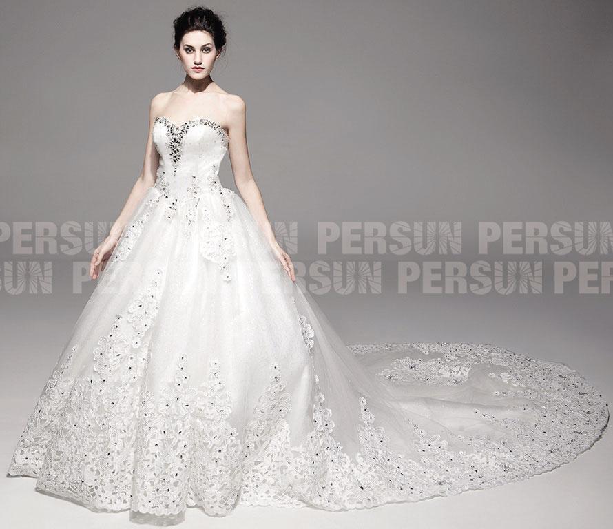 Robe de mariée à bustier cœur en dentelle ajourée et traîne ...