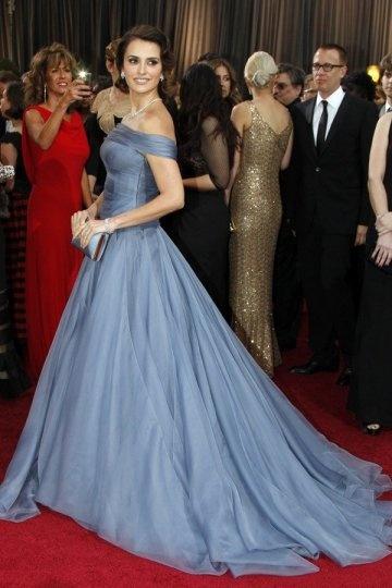 Penelope Cruz porte une robe de soirée bleu épaule dégagé sur tapis rouge