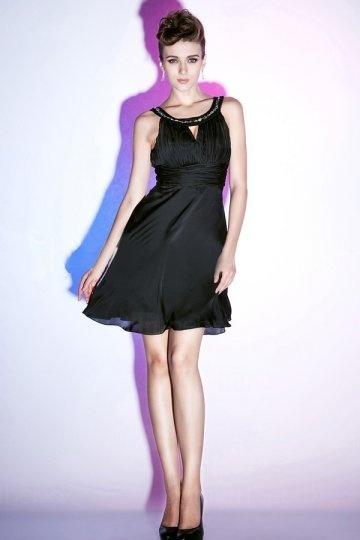 Petite robe noire ornée de strass plissée