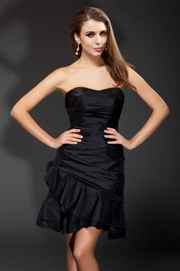 petite-robe-noire-bustier-simple-en-taffetas-ruche