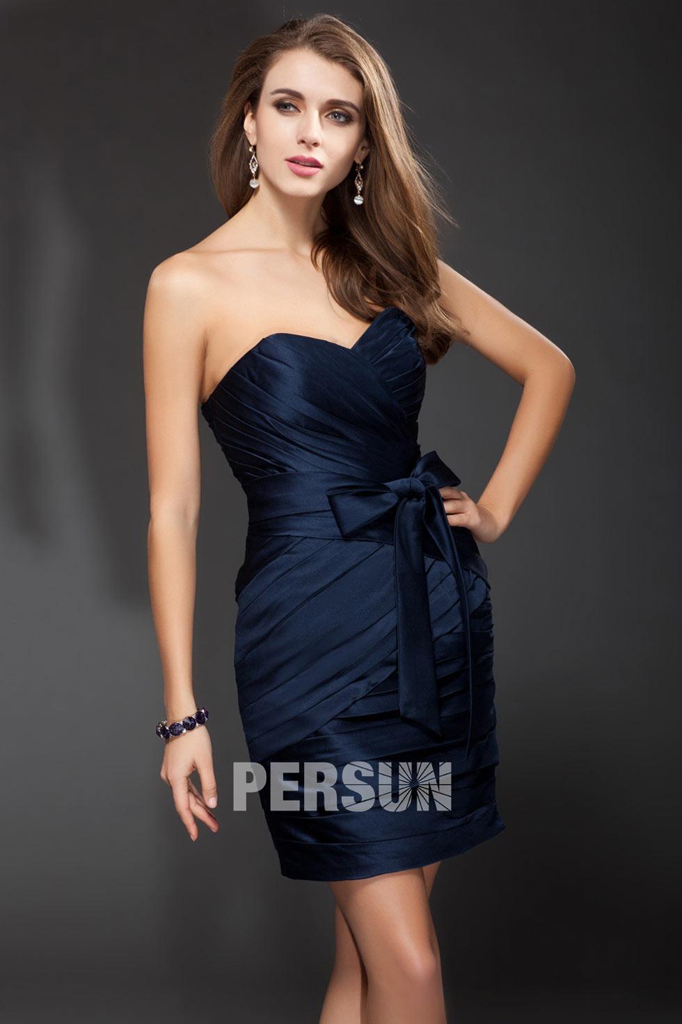 petite-robe-bleu-courte-pour-cocktail-decollete-en-coeur-ornee-de-noeud-papillon