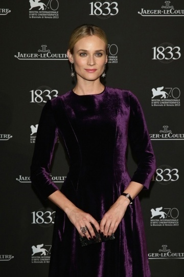 Robe soirée violette tendance col rond en velvet Diane Kruger