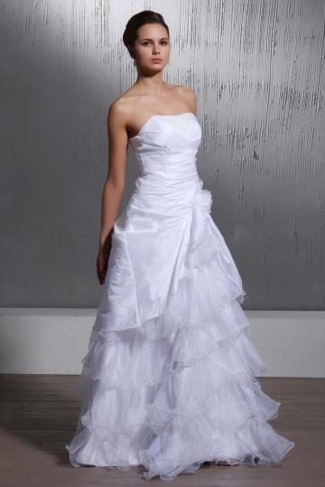 robe de mari e moderne avec jupe volant. Black Bedroom Furniture Sets. Home Design Ideas