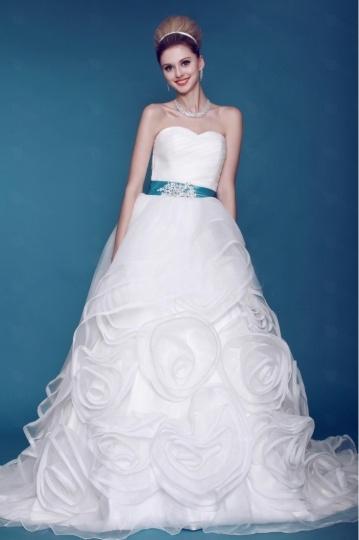 Robe de mariée princesse décolleté en cœur à jupon florale et traîne Chapel