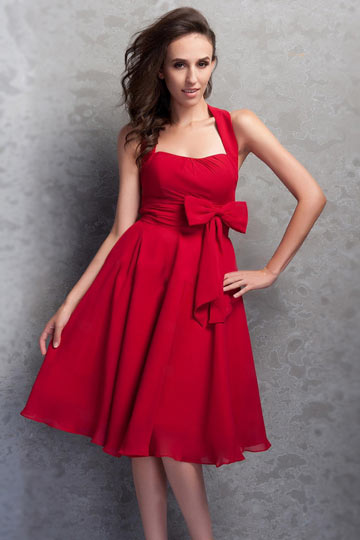rouge-robe-de-soiree-courte-noeud-papillon-encolure-carree-