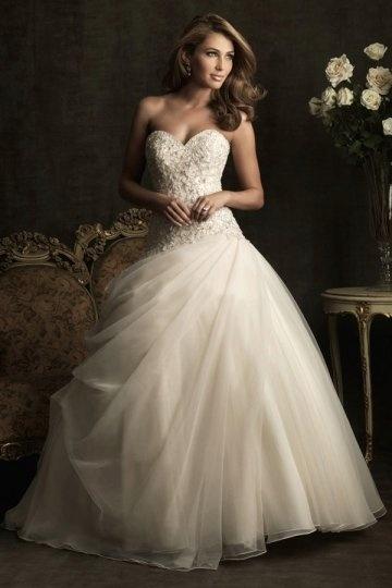 Robe de mariée en tulle décolletée en coeur avec applique