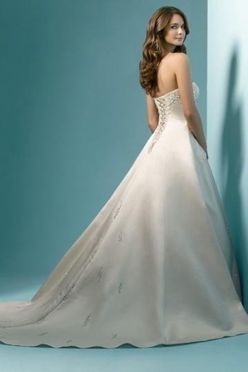 8dc4852d7714a Cette robe de bal romantique robe de désherbage, à l'aide de satin doux qui  est rempli avec brillance et caressant la peau de la mariée.