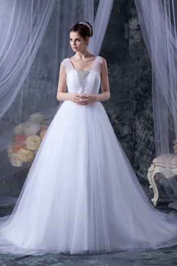Robe de mariage princesse décoleeté carré avec bretelle en tulle ornée de bijoux<br />