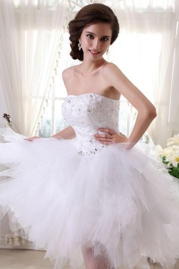 Robe de mariée bustier coeur en tulle ornée de bijoux