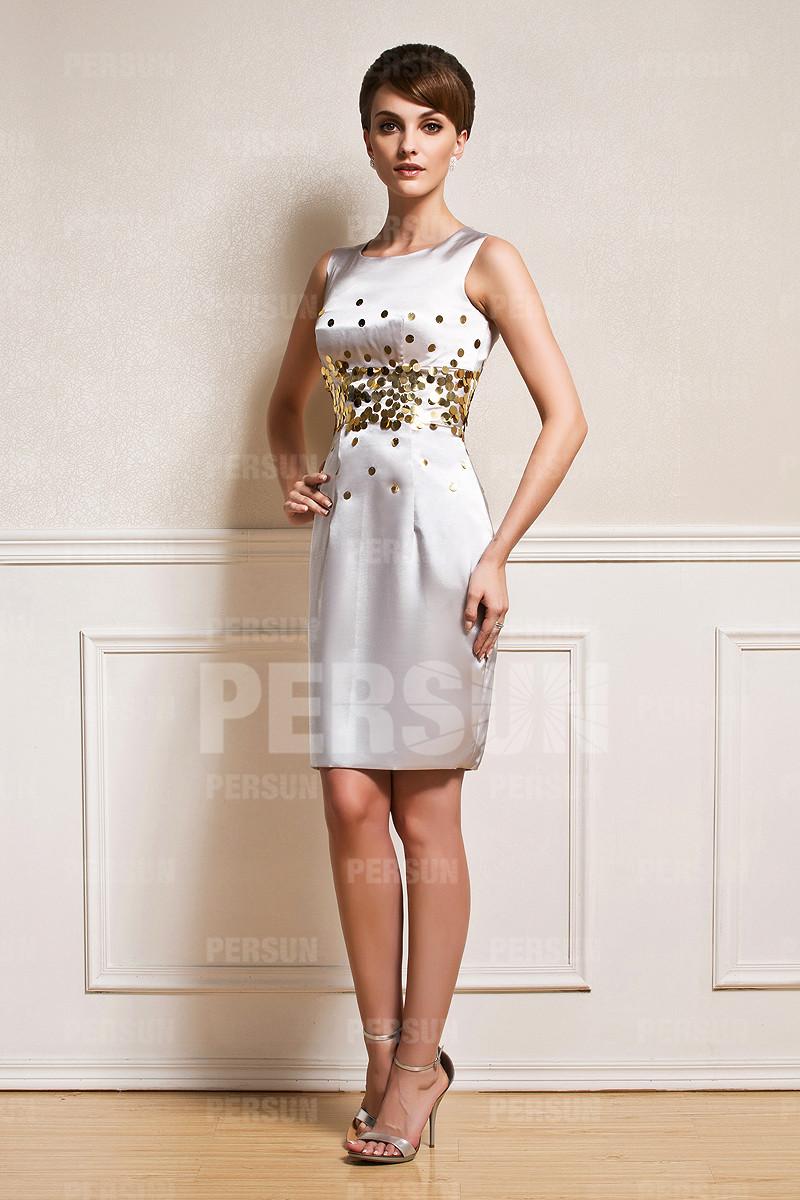 petite-robe-fourreau-ornee-de-paillettes-a-taille