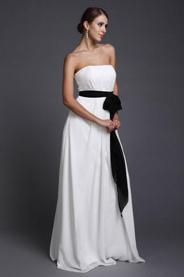 Robe de dame d'honneur blanche longue bustier accessoirisée une ceiture noire
