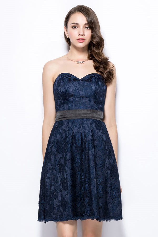 robe de soir e courte bleu marine en dentelle bustier c ur. Black Bedroom Furniture Sets. Home Design Ideas