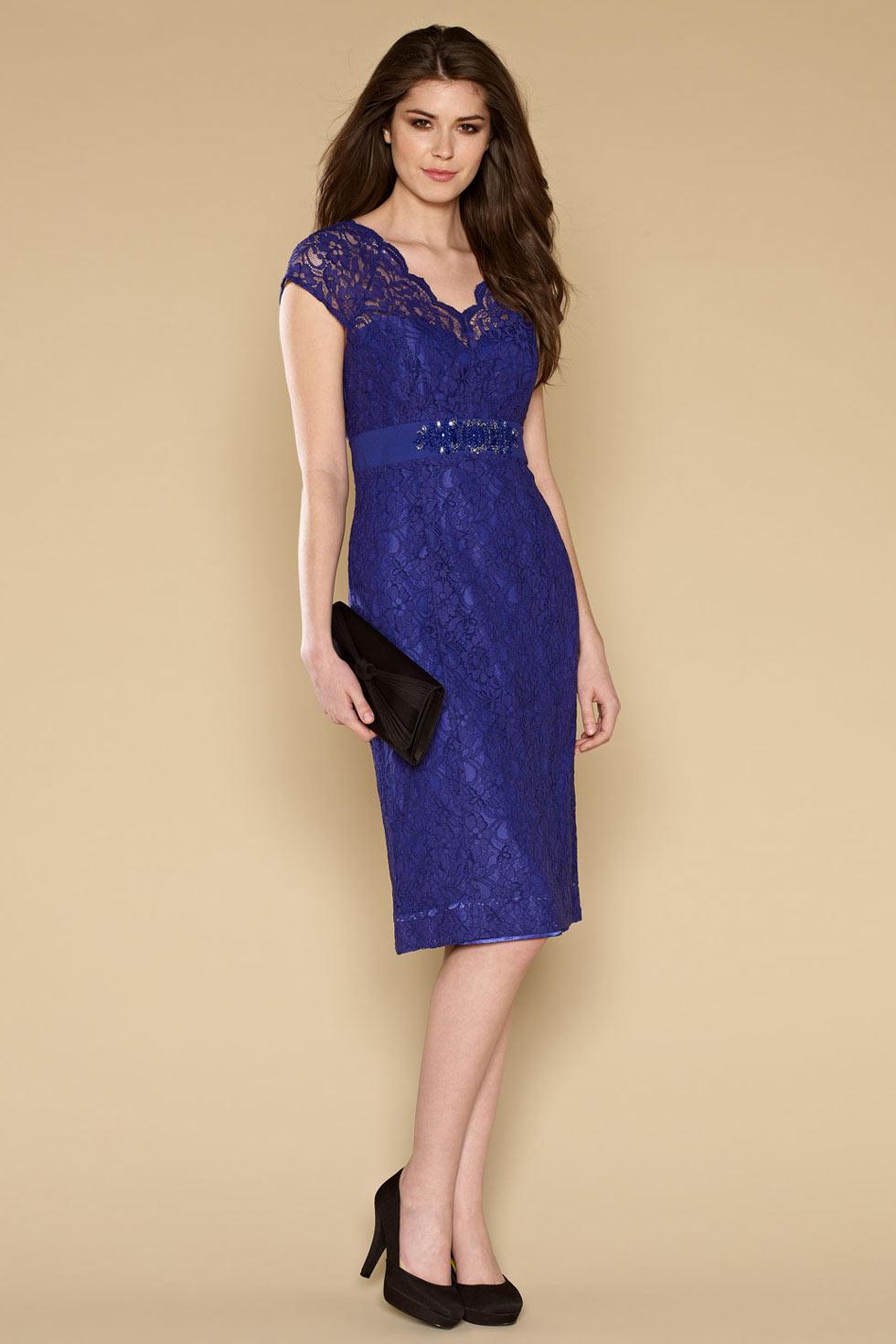 robe de soir e courte genoux en dentelle violette mancherons. Black Bedroom Furniture Sets. Home Design Ideas