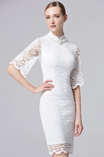 Robe élégante courte en dentelle blanche pour vernissage à col montant agrémenté de collier
