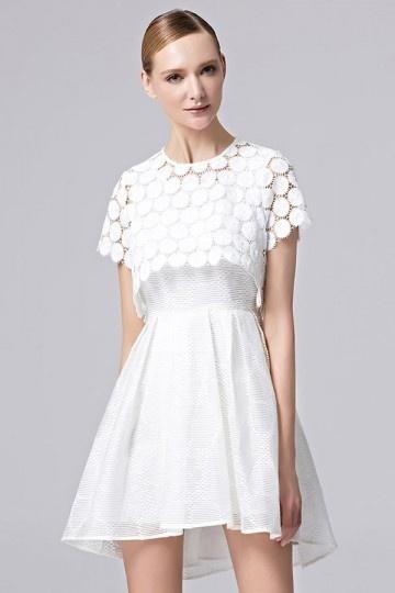Robe chic blanche courte avec une pièce détachable