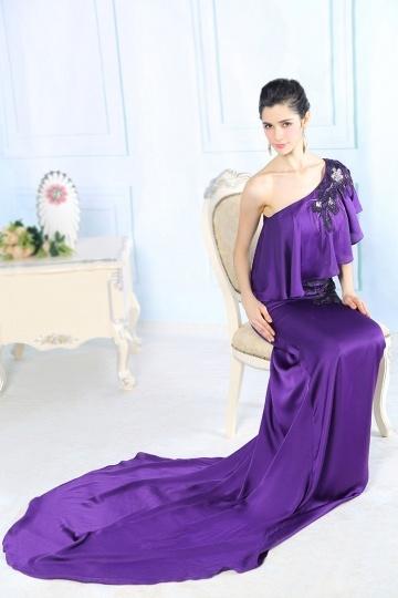 Robe soirée violette avec maxi volant à l'encolure