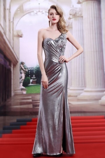 robe-longue-argentee-fendue-moulante-asymetrique-froncee-et-appliquee