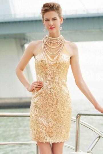 Robe de cocktail scintillante en sequins ornée de colliers perles