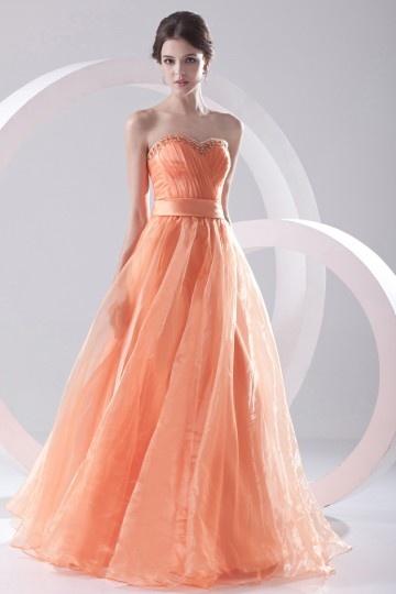 Robe orange longue bustier coeur surmontée de bijoux
